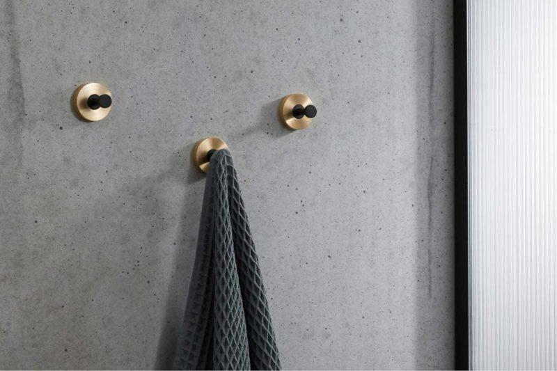 Patère au design moderne dans une salle de bains