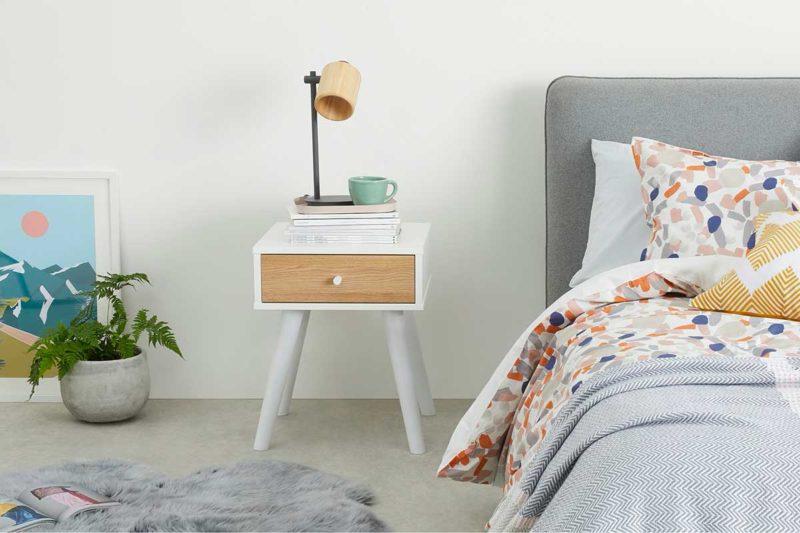 Petite table de nuit blanche avec tiroir en chêne