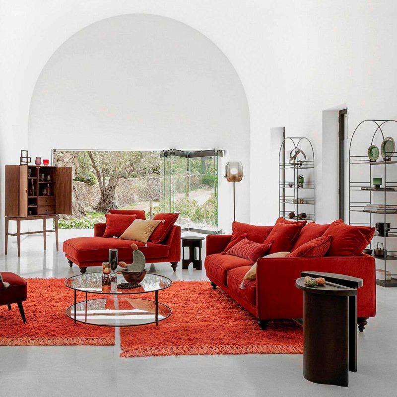 Salon avec méridienne et canapé rouge