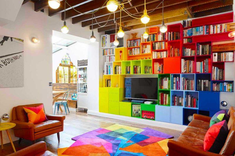 Salon avec tapis au design déstructuré