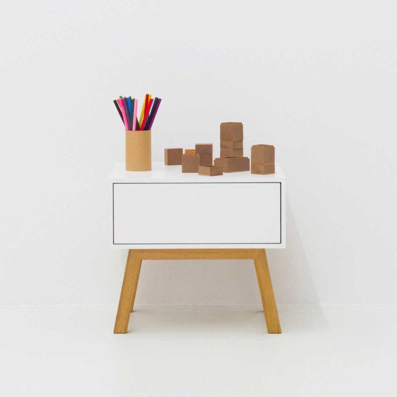 Table de nuit moderne avec tiroir blanc et pieds en chene