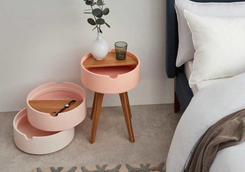 Table de nuit ronde rose au design atypique