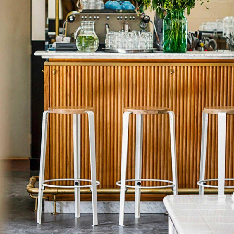 Tabouret de bar blanc avec assise ronde en bois