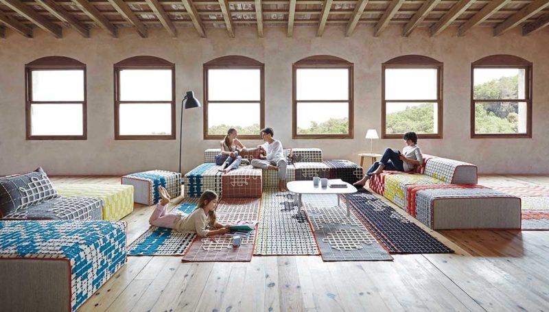 Tapis au design atypique assorti au canapé