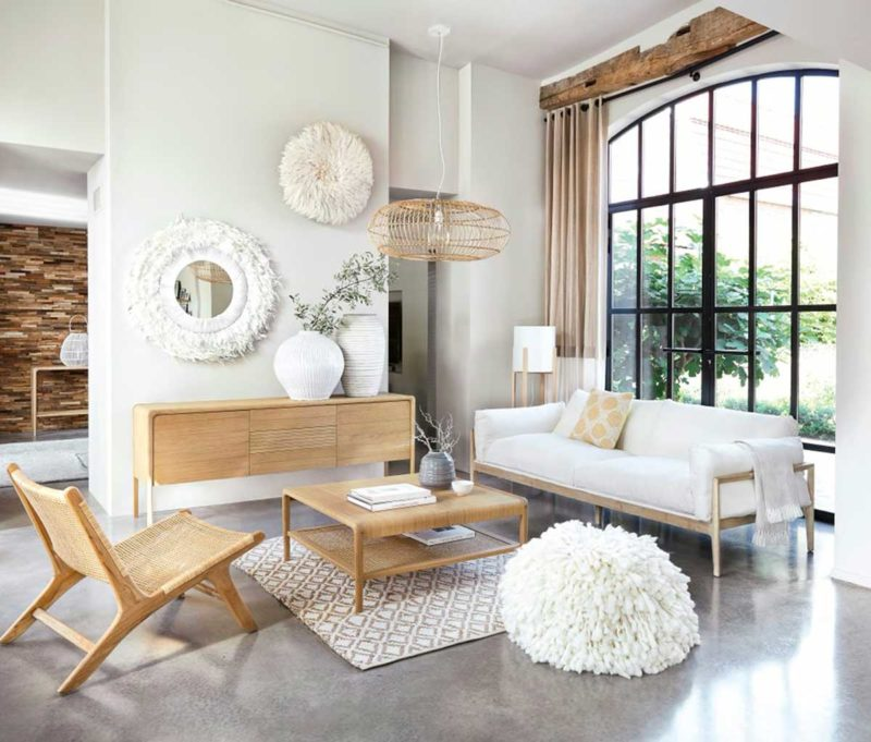 Ambiance bohème avec canapé blanc et structure en bois