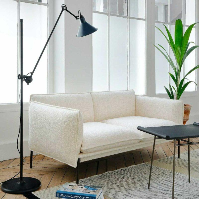 Canapé blanc aux pieds en métal noir