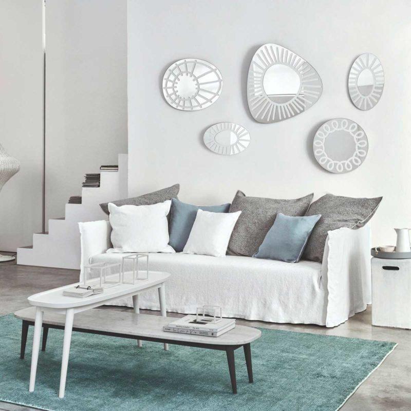 Canapé blanc et grands coussins gris