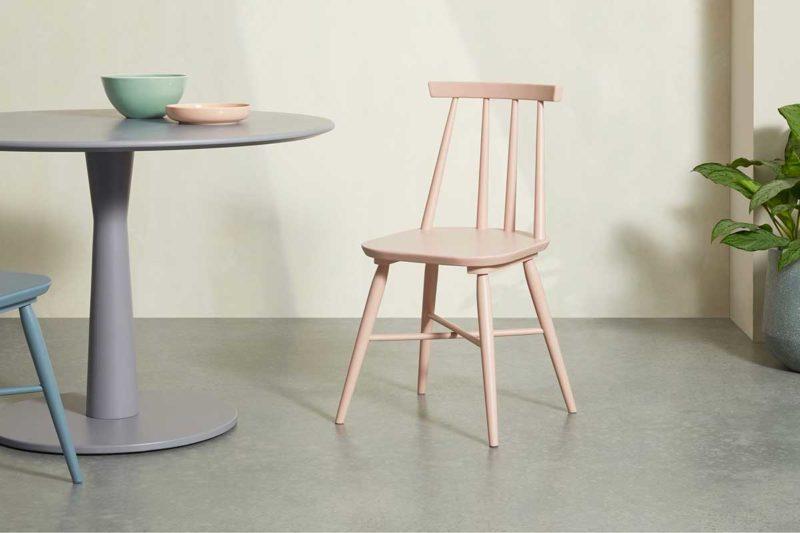 Chaise de cuisine colorée en bois