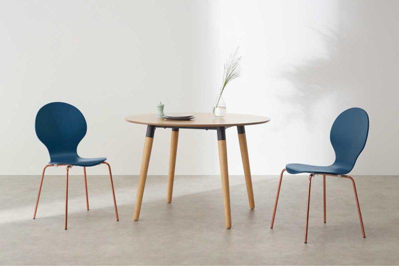 Chaise empilable bleue avec piètement cuivre