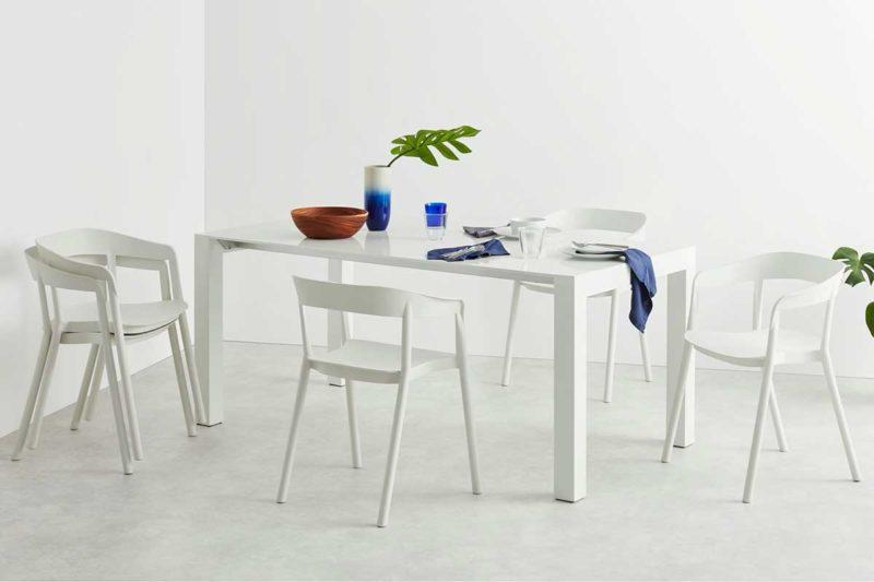 Chaise empilable en plastique blanc avec accoudoirs