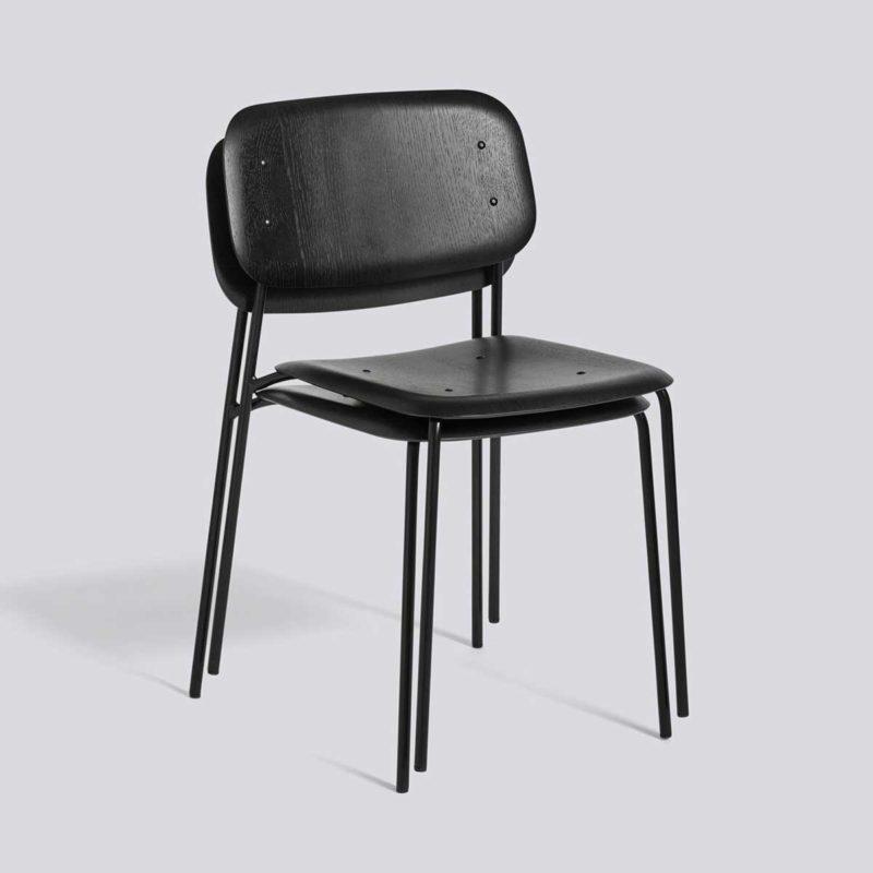 Chaise empilable noire en métal et bois
