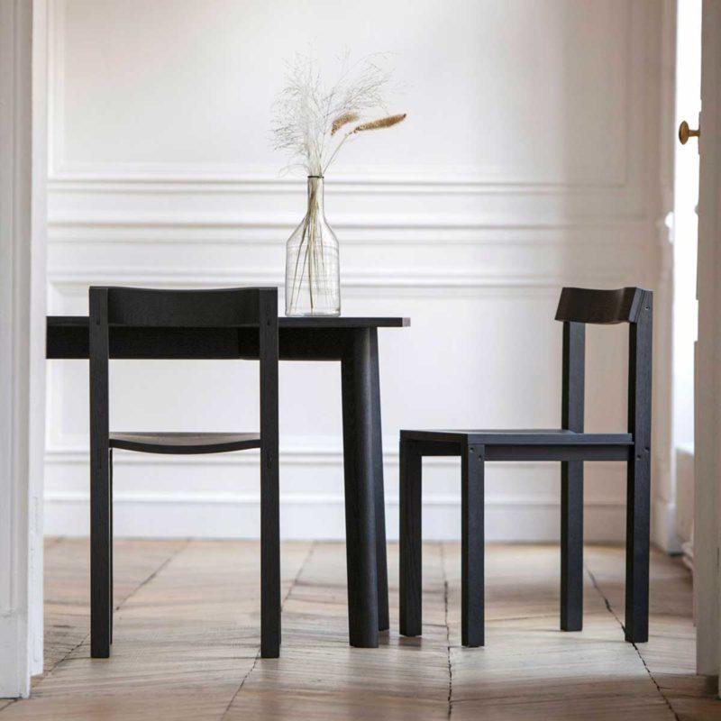 Chaise en bois au style épuré