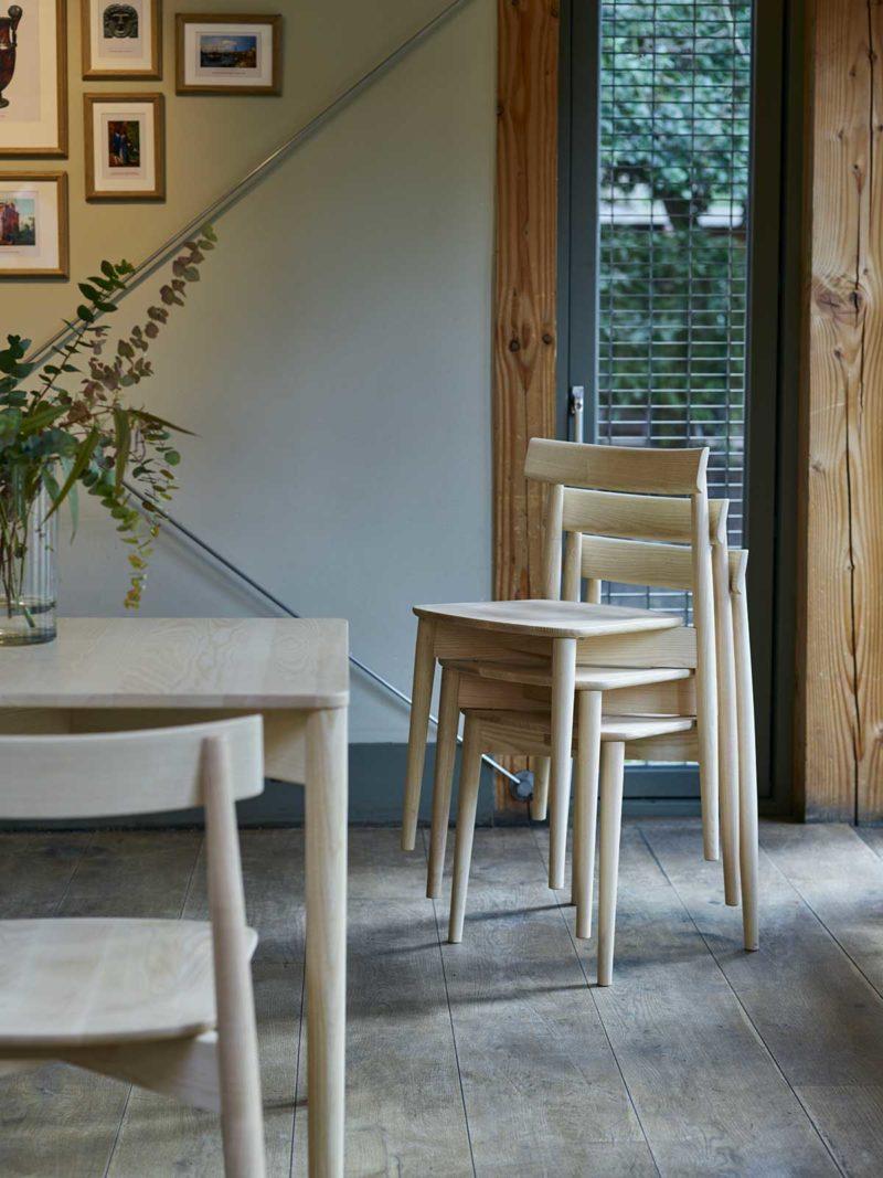 Chaise en bois clair empilable
