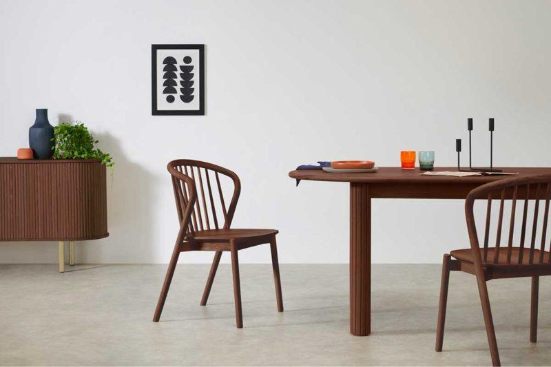 Chaise en bois foncé