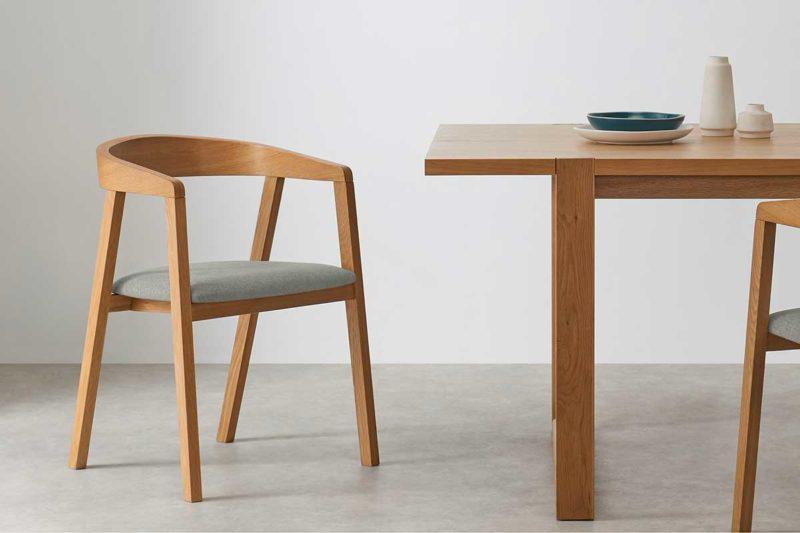 Chaise en chêne avec assise en tissu gris