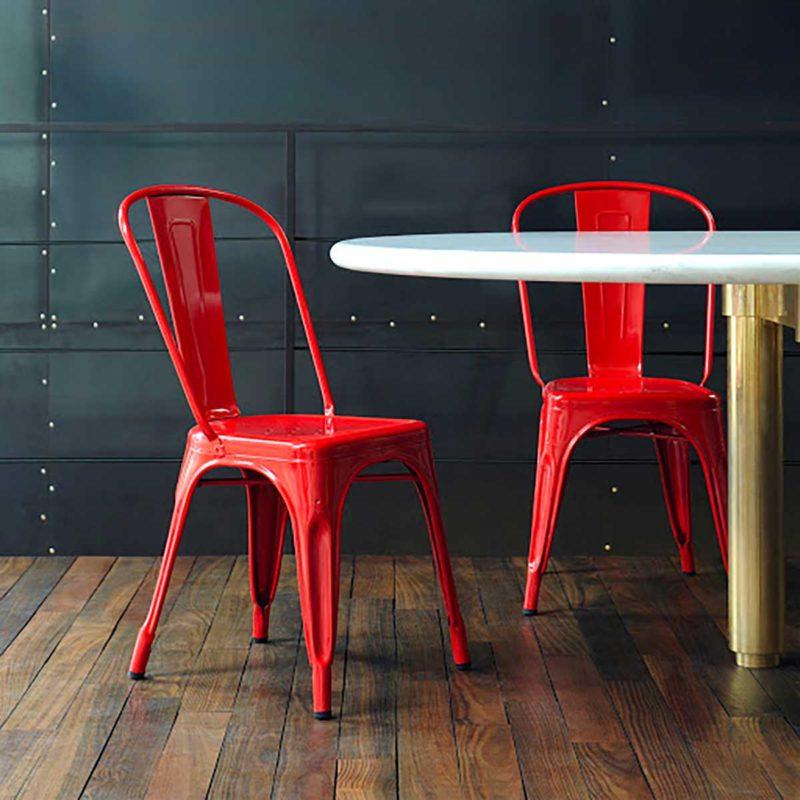 Chaise industrielle en métal rouge à empiler