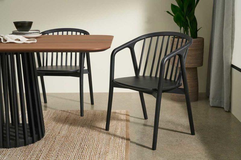 Chaise noire avec accoudoirs
