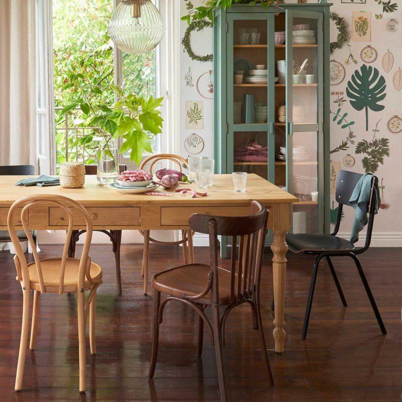 Salle à manger avec chaise empilable noire