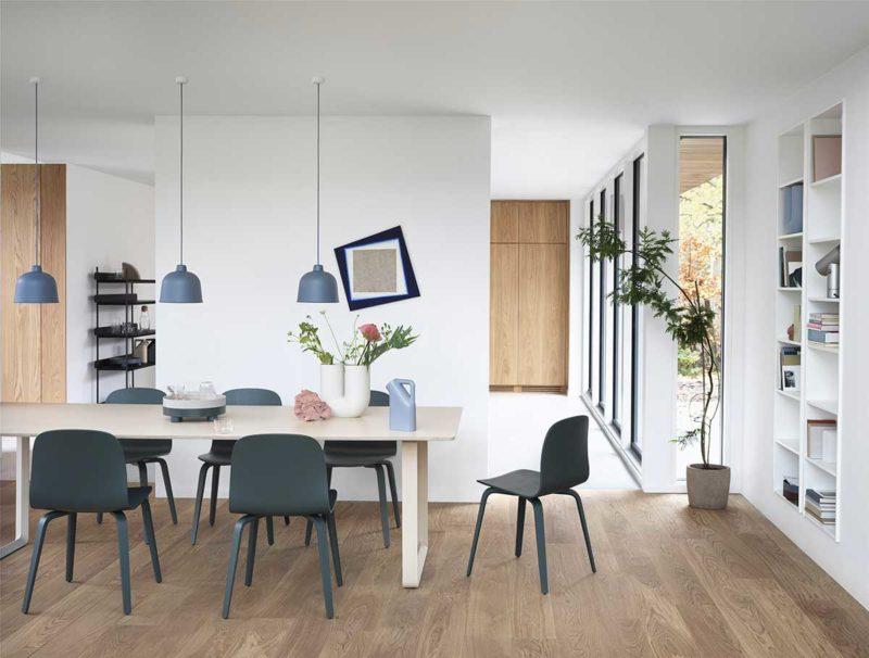 Salle à manger avec chaises en bois gris