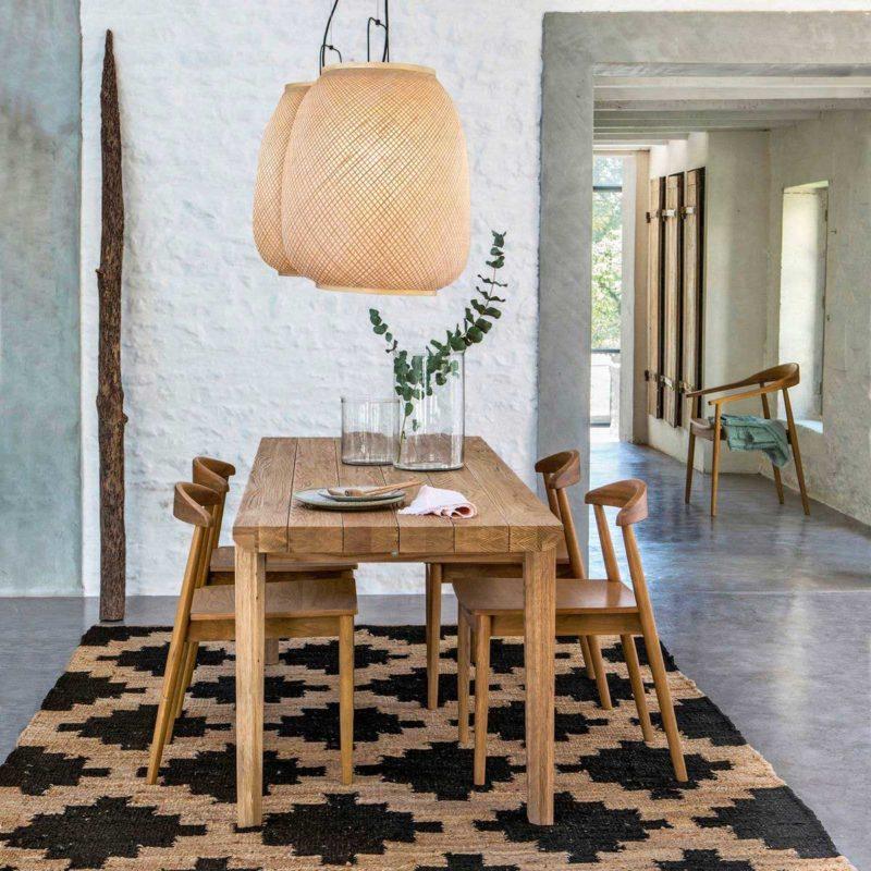 Salle à manger avec chaises et table en bois