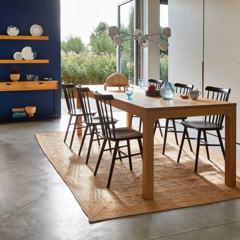 Salle à manger avec chaises noires à barreaux