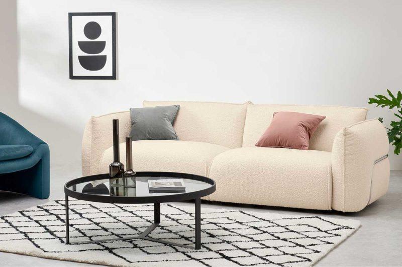 Salon avec canapé blanc écru rétro assise volumineuse