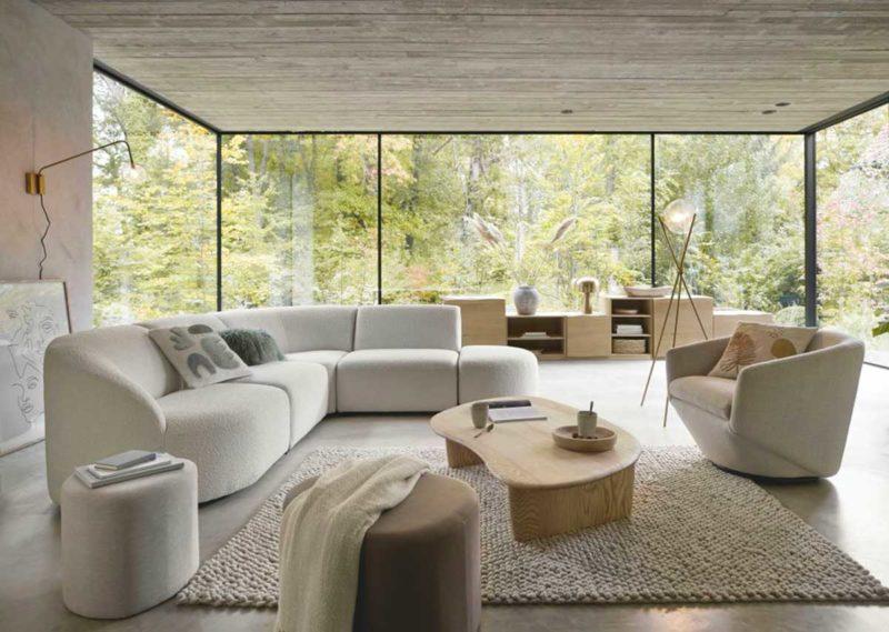 Salon avec grand canapé blanc en angle