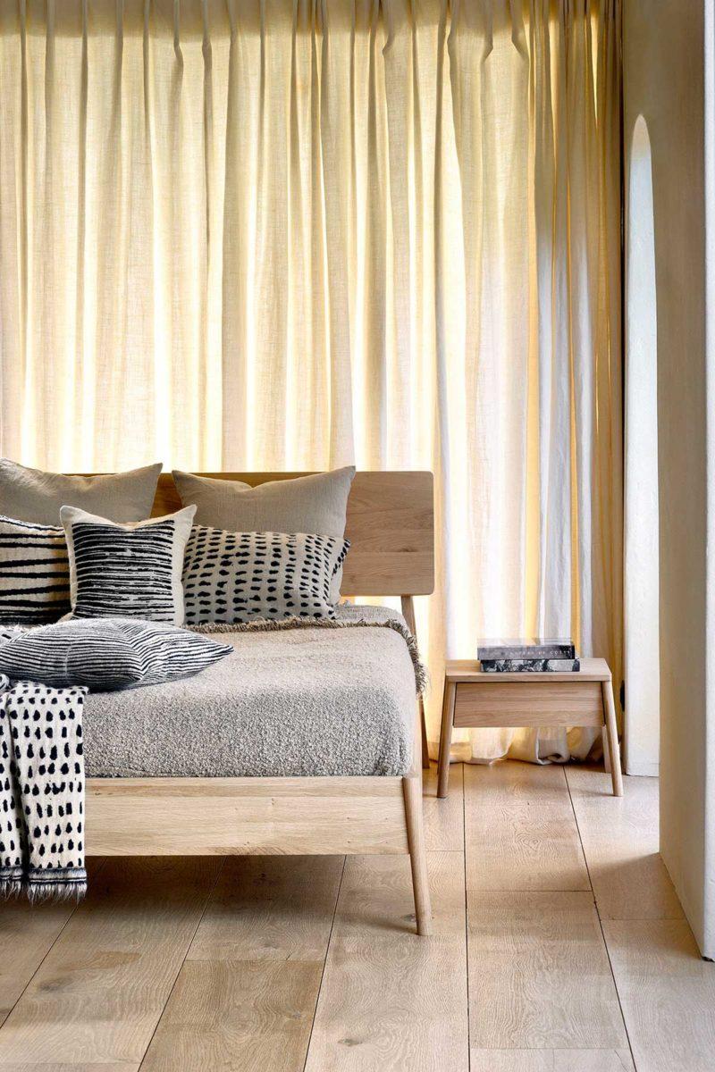Chevet et cadre de lit nordiques aux lignes parfaites