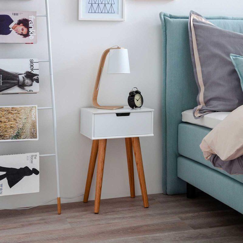 Table de nuit scandinave pieds en bois élancés