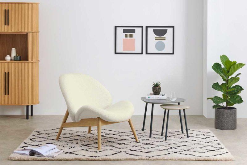 Fauteuil bouclette écrue et forme évasée d'un fauteuil ultra confortable