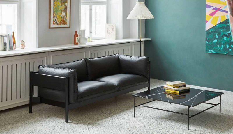Canapé en cuir noir avec structure apparente en bois