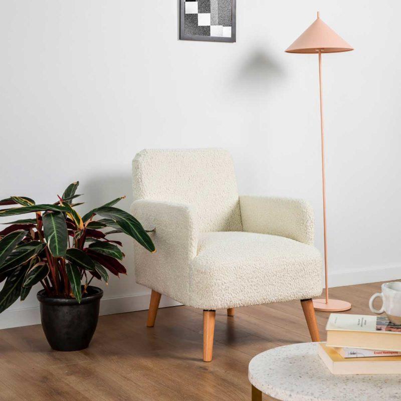 Design sobre du fauteuil bouclette aux pieds en bois