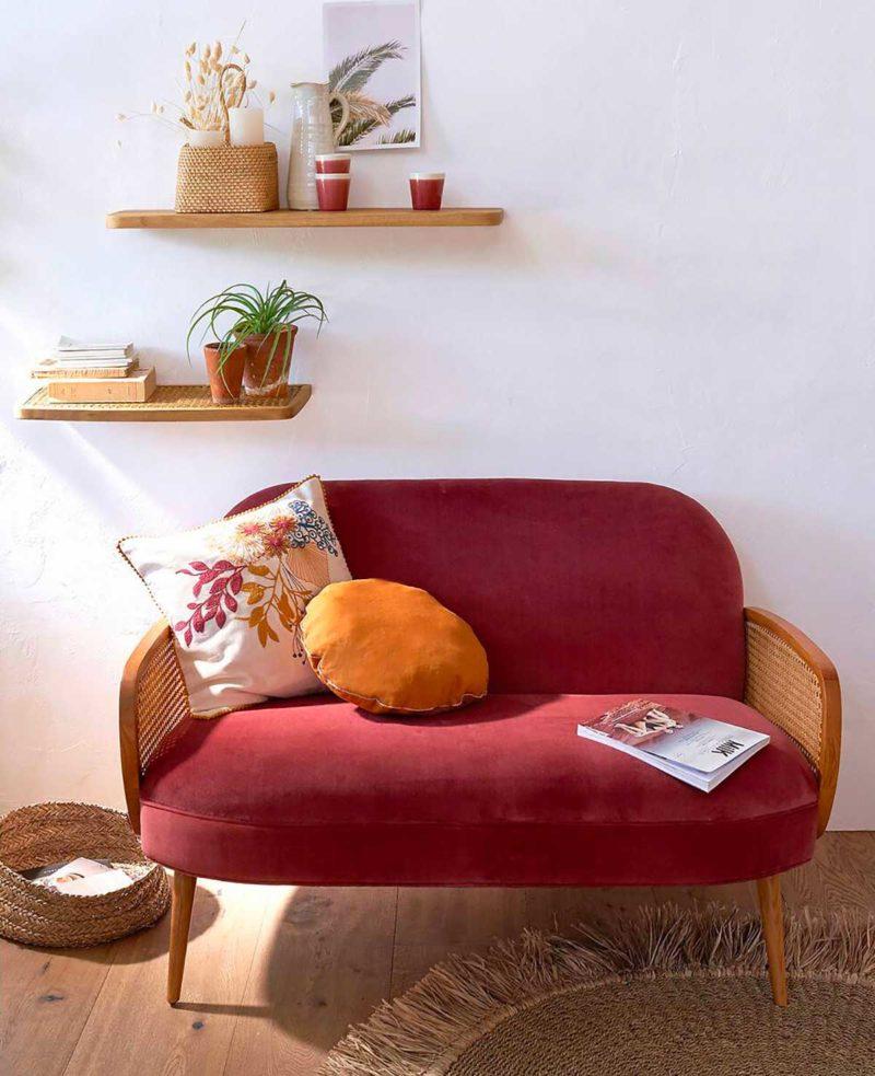 Petit canapé en velours avec pieds en bois