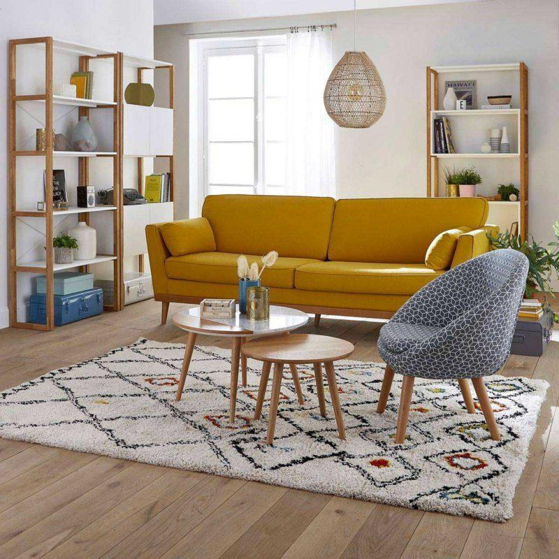 Salon esprit scandinave avec canapé bois