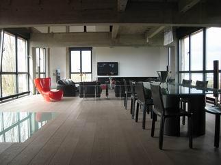 visite d 39 un loft dans une minoterie. Black Bedroom Furniture Sets. Home Design Ideas