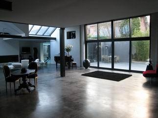 visite d 39 un loft dans un garage. Black Bedroom Furniture Sets. Home Design Ideas