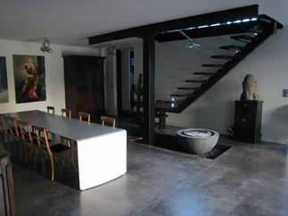 visite d 39 un loft dans un garage. Black Bedroom Furniture Sets. Home Design Ideas