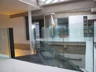 viste d 39 un loft avec une passerelle vitr e. Black Bedroom Furniture Sets. Home Design Ideas