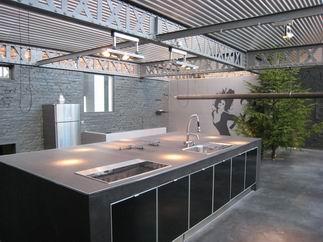 visite d 39 un loft sombre. Black Bedroom Furniture Sets. Home Design Ideas